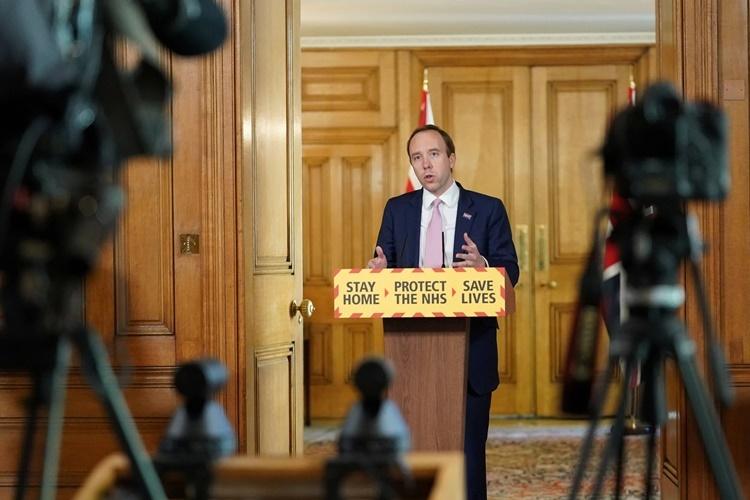 Bộ trưởng Y tế Anh Matt Hancock phát biểu trong họp báo hôm 1/5 sau khi chính phủ đạt mục tiêu xét nghiệm nCoV 100.000 ca mỗi ngày. Ảnh: Reuters.