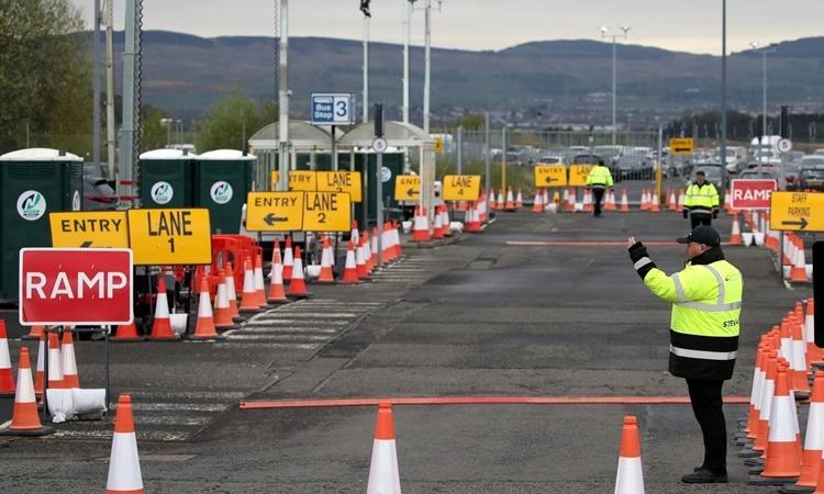 Điểm xét nghiệm nCoV tại sân bay Glassgow, Anh, một ngày cuối tháng 4. Ảnh: AFP.