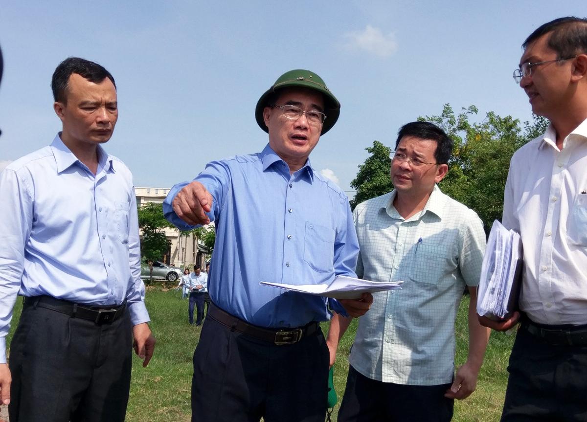 Bí thư Thành uỷ Nguyễn Thiện Nhân (đội mũ) kiểm tra tình trạng xây dựng sai phép trên đất nông nghiệp ở xã Vĩnh Lộc A, huyện Bình Chánh. Ảnh: Hà An