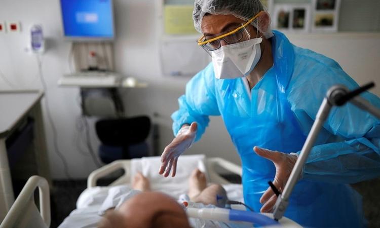 Nhân viên y tế chăm sóc bệnh nhận Covid-19 ởVannes, Pháp ngày 6/5. Ảnh: Reuters.