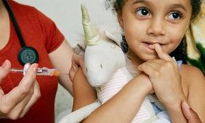 Cách trấn an bé khi tiêm vaccine