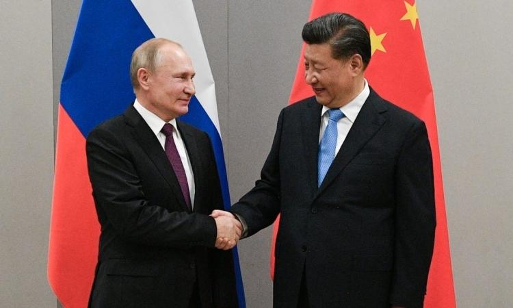 Tổng thống Nga Putin (trái) gặp Chủ tịch Trung Quốc Tập Cận Bình bên lề hội nghị thượng đỉnh BRICS ở Brazil hồi năm 2019.Ảnh: Reuters.