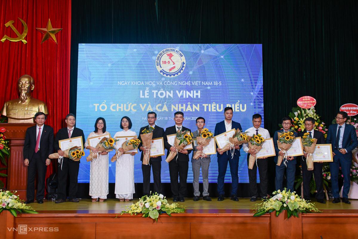 Nhóm các chuyên gia Hệ tri thức Việt số hóa nhận hoa và bằng khen từ Bộ Khoa học và Công nghệ.