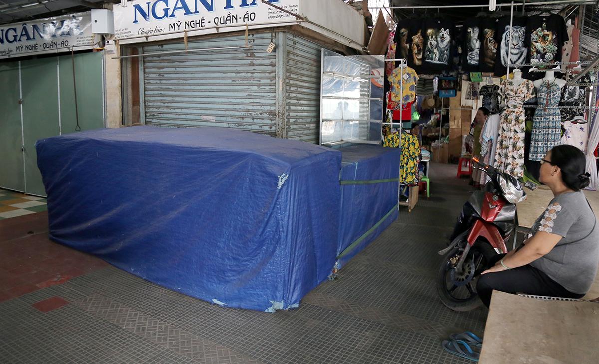 Sạp bán mỹ nghệ, quần áo đóng kín, chủ quầy dự kiến bán lại vào tháng 6 nếu khách đông trở lại. Ảnh: Xuân Ngọc.