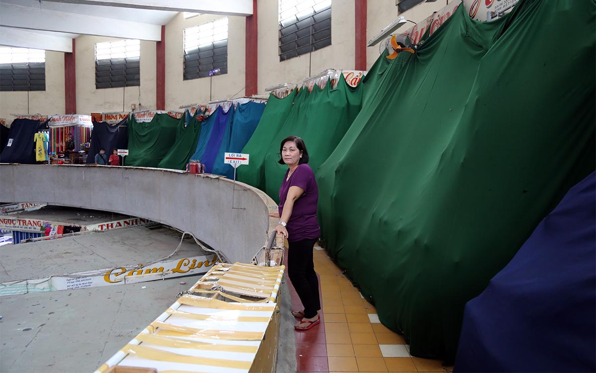 Các sạp buôn bán của tiểu tại tầng 2 chợ Đầm ở Nha Trang đóng cửa, ngày 18/5. Ảnh: Xuân Ngọc.