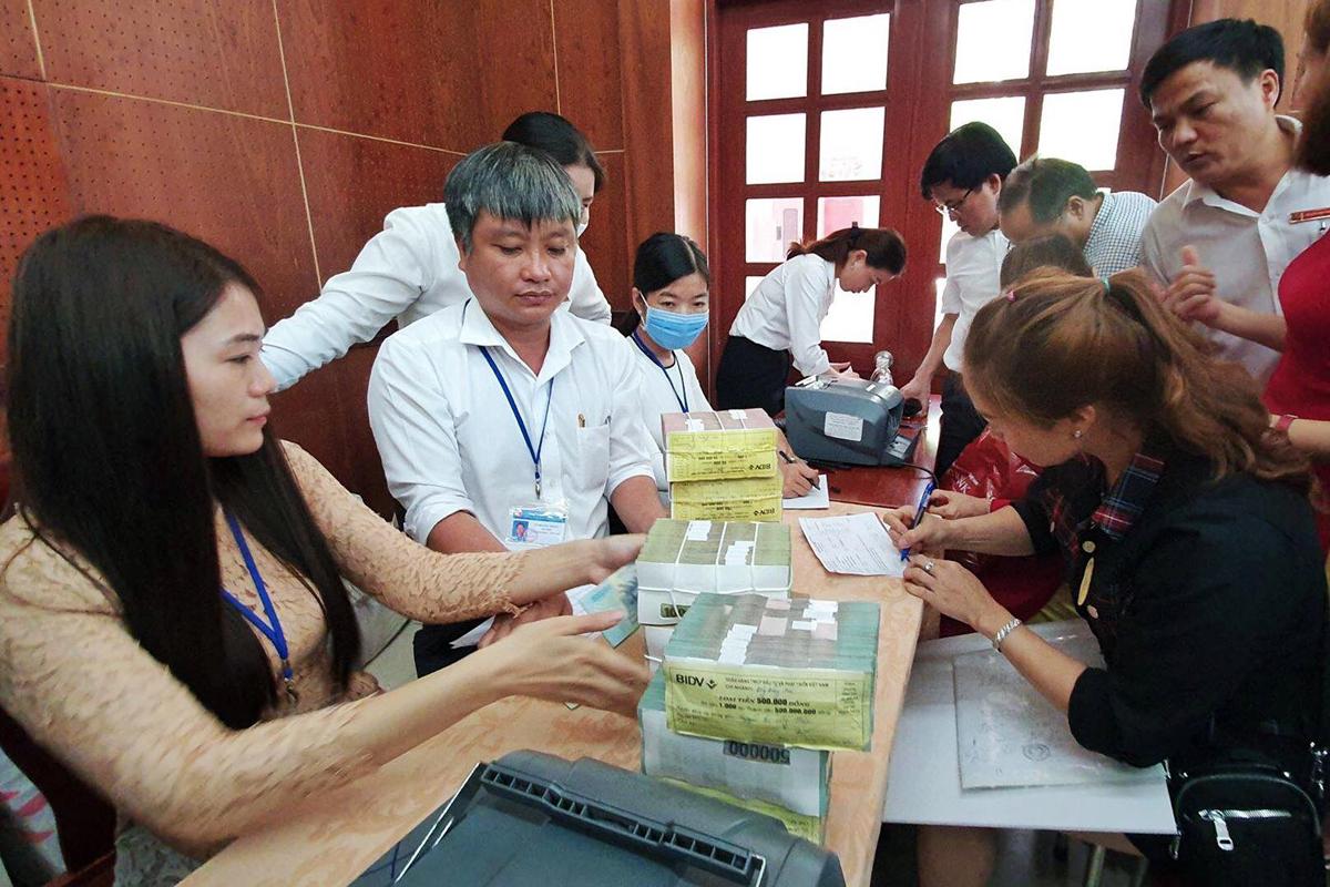Các hộ dân nhận tiền bồi thường mặt bằng tại UBND huyện Long Thành, sáng 18/5. Ảnh: Thái Hà.