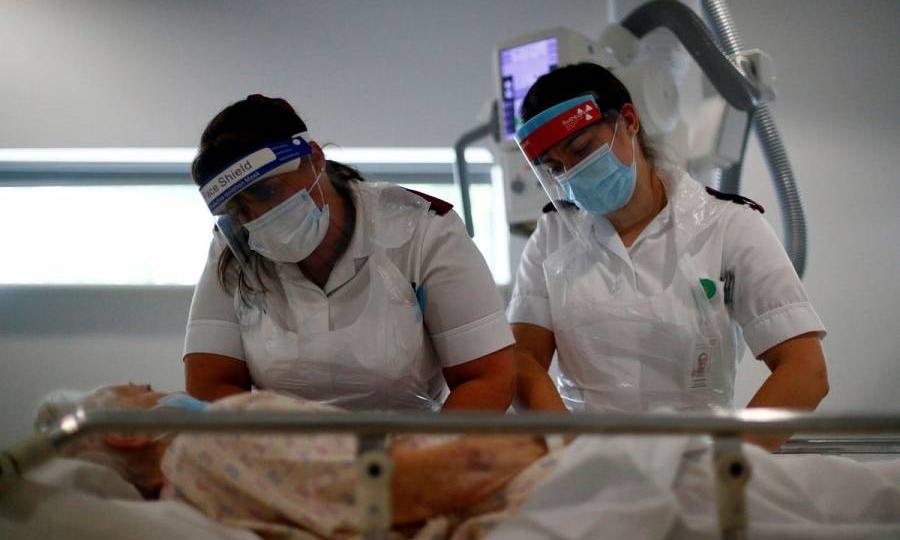 Nhân viên y tế chuẩn bị cho bệnh nhân chụp X quang ở Anh ngày 17/5. Ảnh: Reuters.
