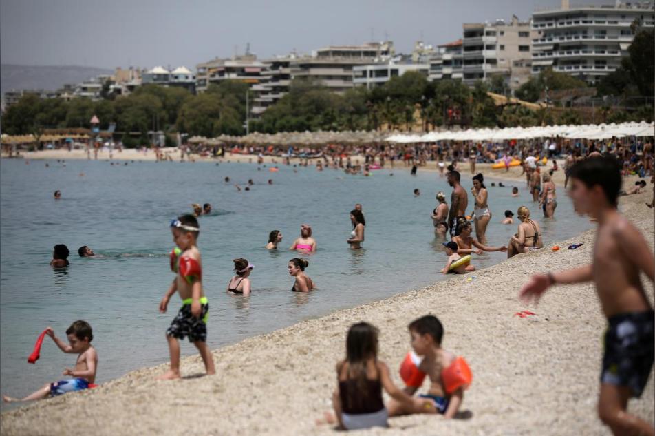 Người dân tắm biển ở Athens, Hy Lạp, hôm 16/5. Ảnh: Reuters