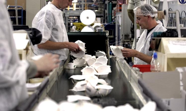 Nhân viên tại nhà máy sản xuất khẩu trang ởPlaintel năm 2005. Ảnh: AFP.