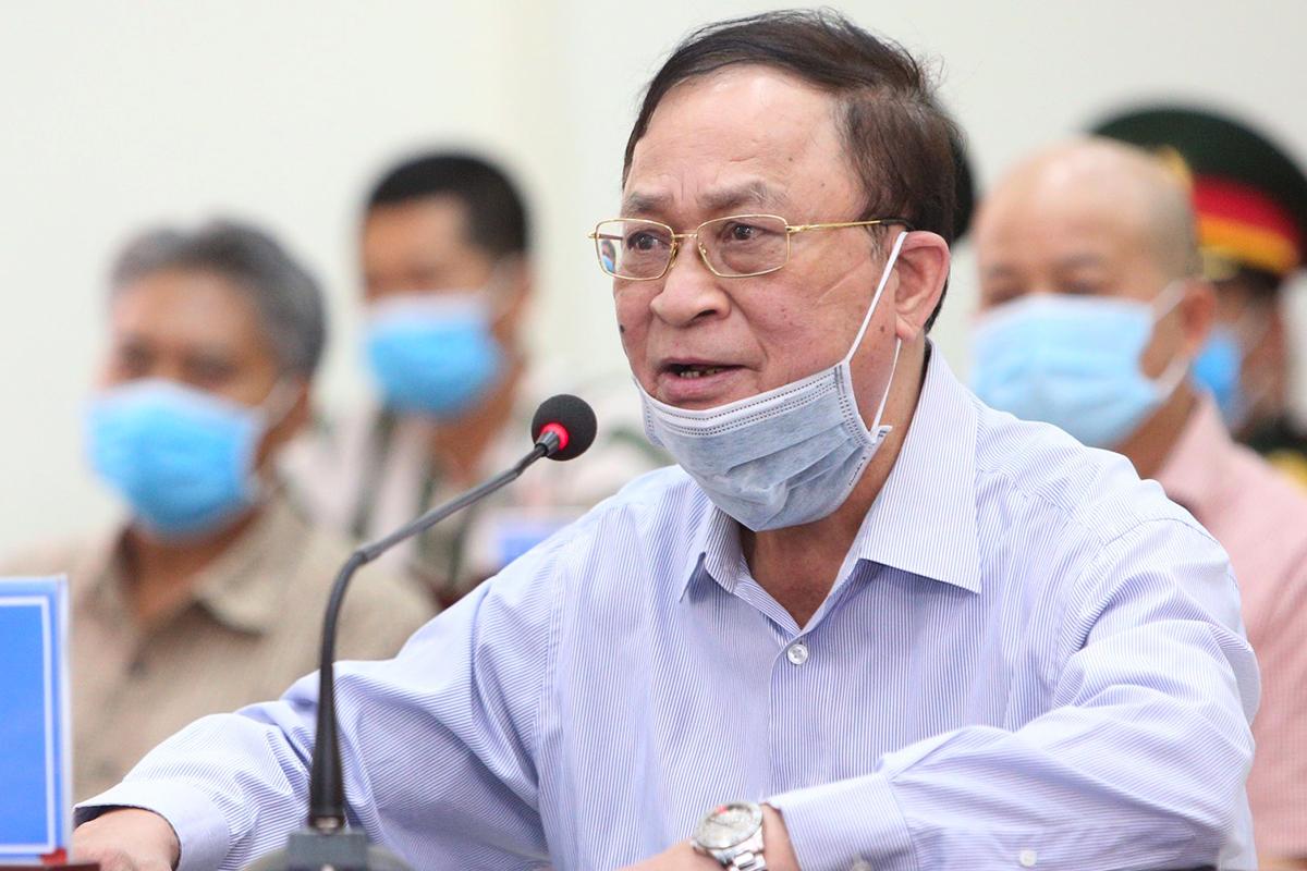 Đô đốc Nguyễn Văn Hiến ngồi trình bày trong phiên toà sáng 18/5. Ảnh:Toà án Quân sự Thủ đô.