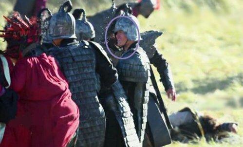 Cảnh quân Tần bị thua trận thảm hại nhưng diễn viên quần chúng lại cười hớn hở.