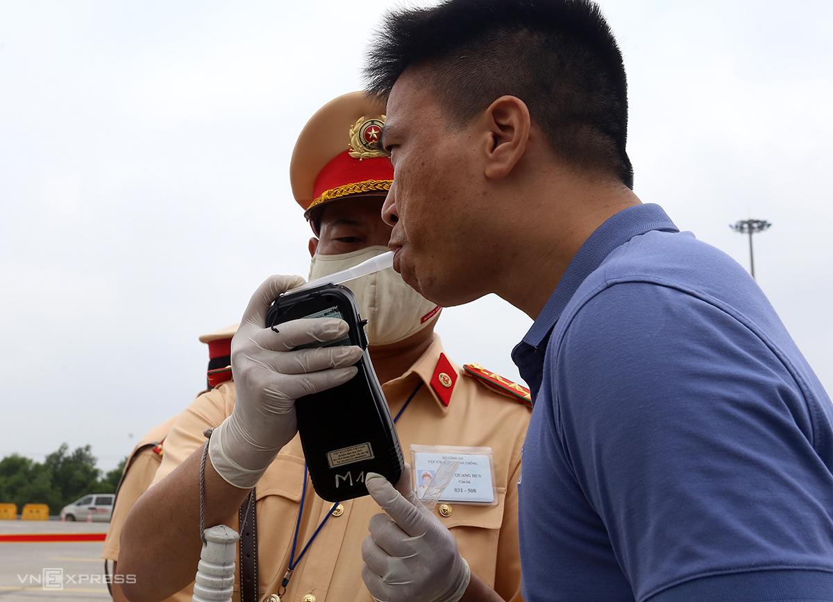 CSGT kiểm tra nồng độ cồn trên cao tốc Hà Nội-Hải Phòng hôm 15/5. Ảnh: Bá Đô
