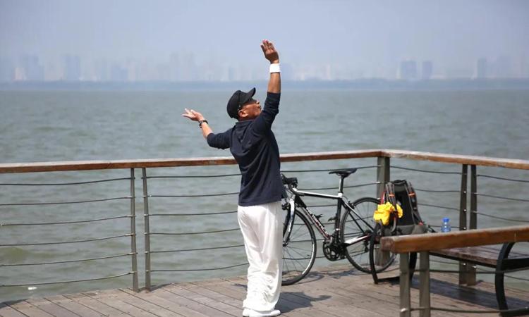 Người dân Vũ Hán tận hưởng cuối tuần vào hôm 12/4 sau thời gian phong tỏa kéo dài vì Covid-19. Ảnh: Reuters.