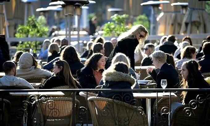 Người dân Thụy Điển vẫn tập trung tại một nhà hàng ở Stockholm hôm 26/3. Ảnh:Reuters.