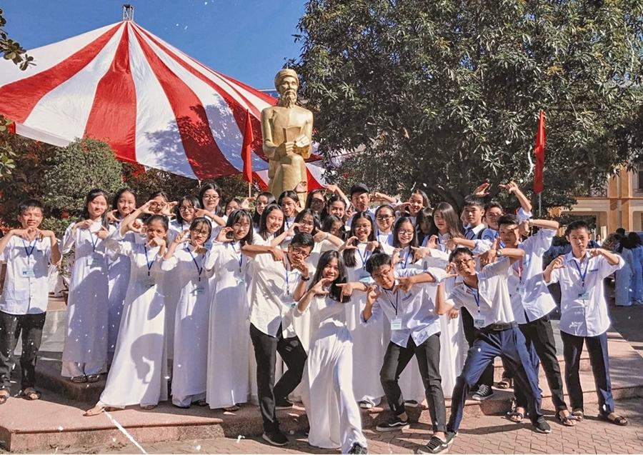 Học sinh trường THPT chuyên Phan Bội Châu, Nghệ An trong lễ tốt nghiệp 2019. Ảnh: FanpageTrường THPT Chuyên Phan Bội Châu