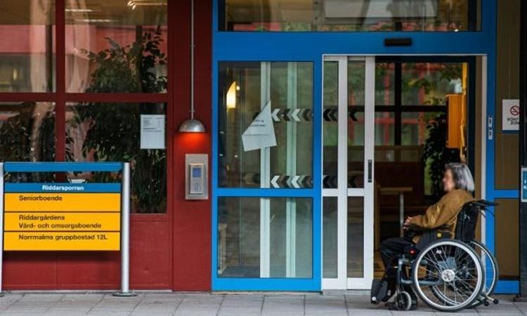 Một phụ nữ sống tại viện dưỡng lão ở Stockholm, Thụy Điển ngày 4/5. Ảnh: AFP.