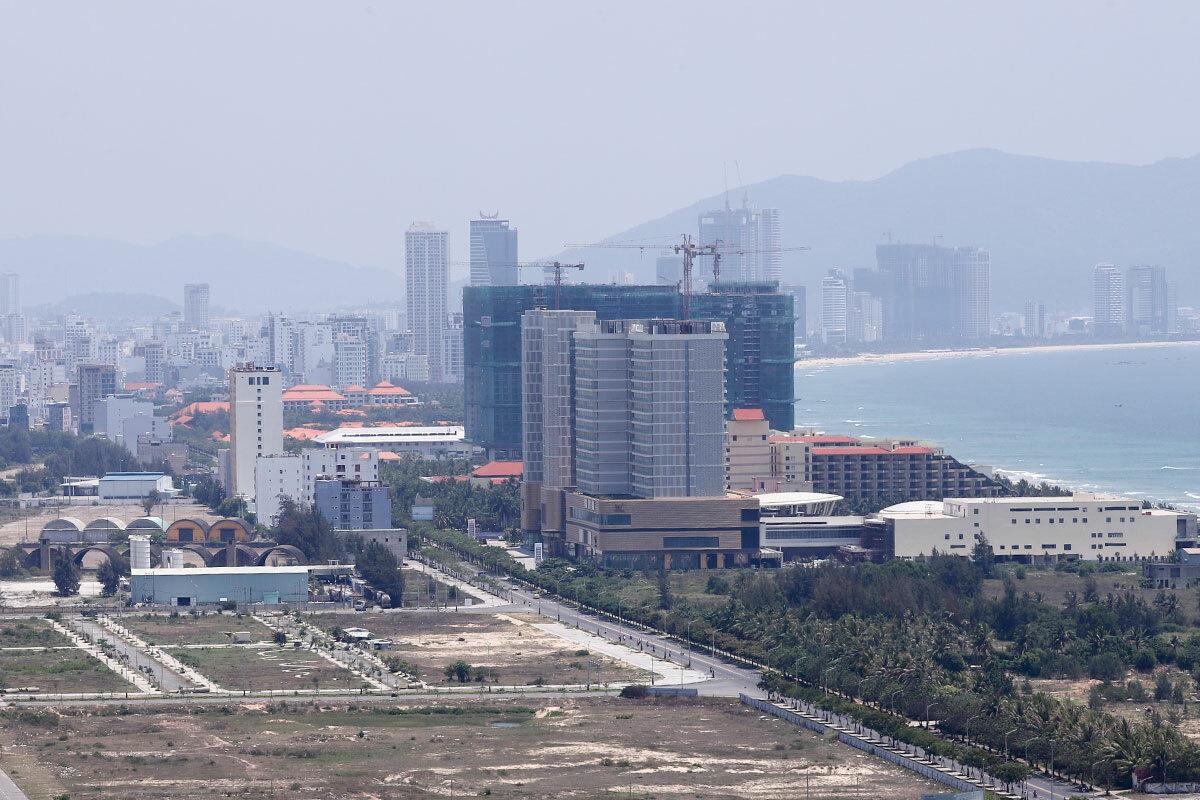 Khu đất 20ha của Công tySilver Shoes Hoàng Đạt đã xây dựng casino và hai toà nhà cao tầng đối diện với Sân bay quân sự Nước Mặn. Ảnh: Nguyễn Đông.