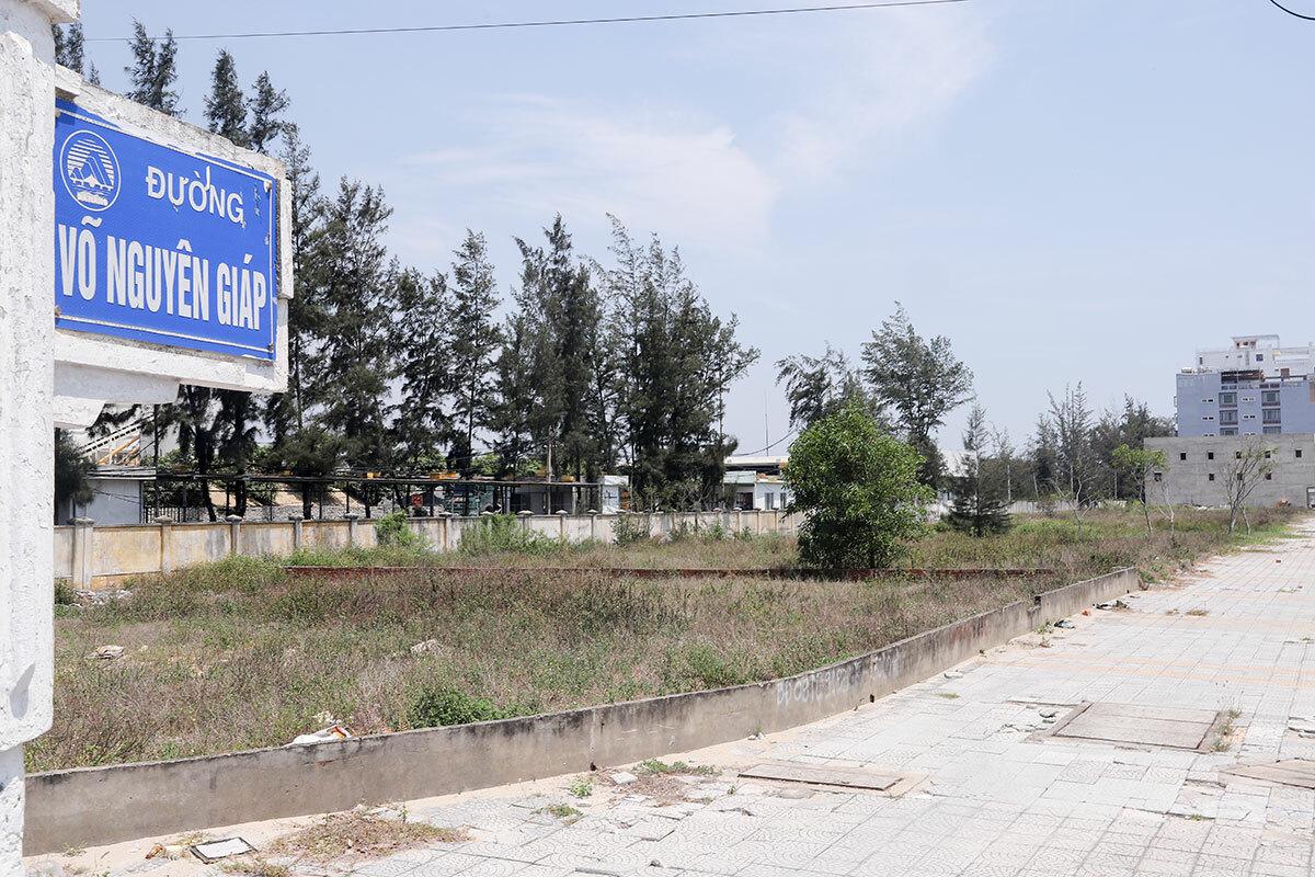 Một vệt đất cạnh hàng rào Sân bay quân sự Nước Mặn. Ảnh: Nguyễn Đông.