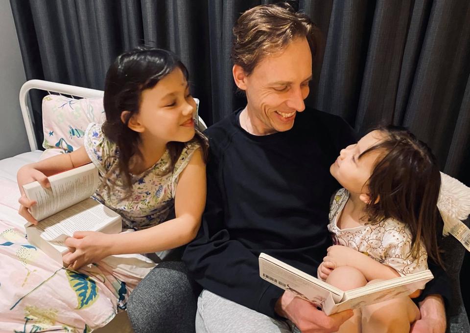 Đọc sách trước khi ngủ của một gia đình Australia. Ảnh: Thoại Giang.