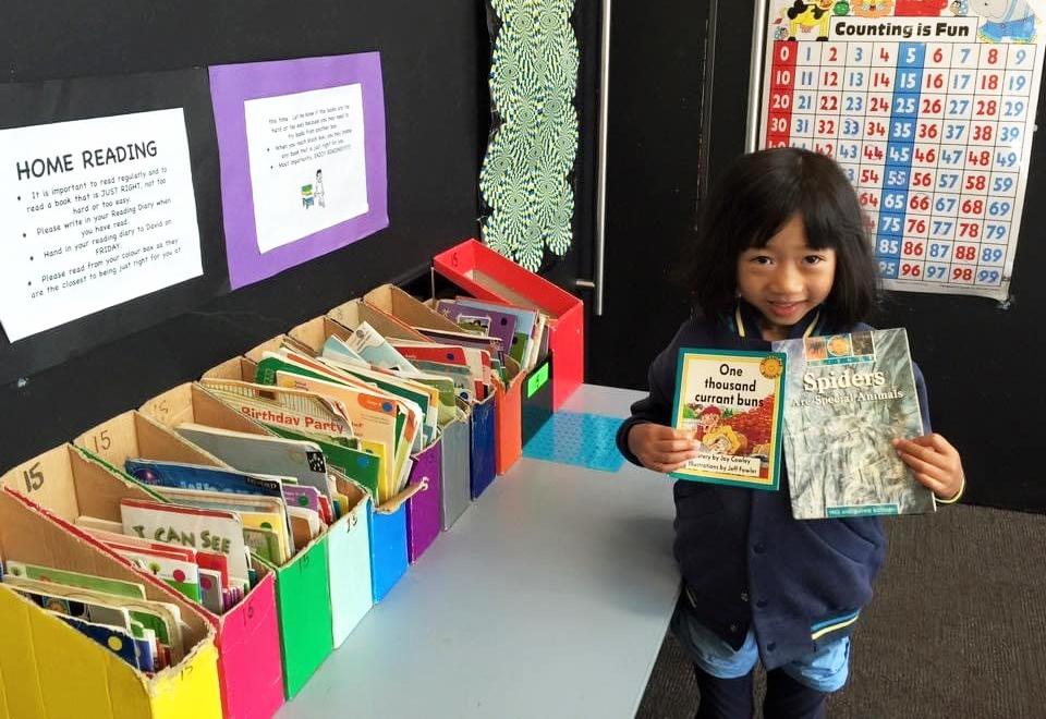 Học sinh lớp 1 chọn sách tập đọc. Ảnh: Thoại Giang.
