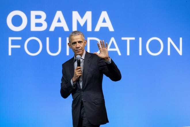 Cựu Tổng thống Obama khuyến khích sinh viên không sợ mắc sai lầm, làm việc chăm chỉ. Ảnh: Vincent Thian/ AP.