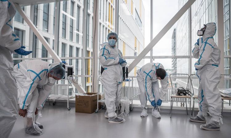 Nhân viên y tế mặc đồ bảo hộ tại một bệnh viện ở thủ đô Moskva hồi đầu tháng này. Ảnh: NYTimes.