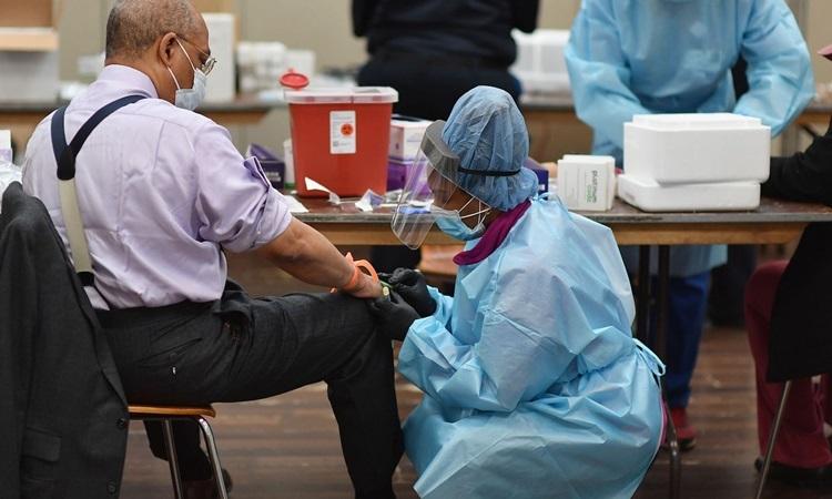Nhân viên y tế lấy mẫu xét nghiệm nCoV cho một người đàn ông ở bang New York, Mỹ tuần trước. Ảnh: AFP.