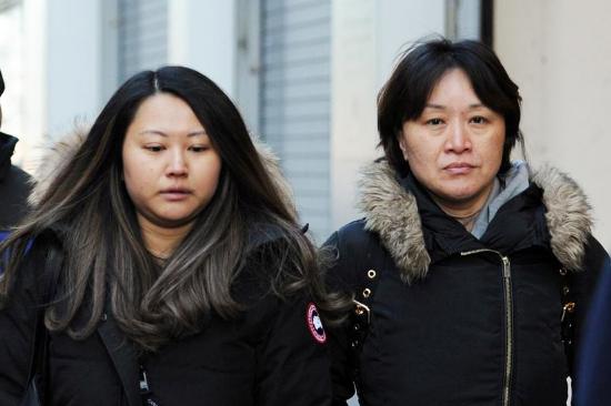 Xiaizing Sui (phải) rời đi sau khi tham dự phiên tòa tại thành phố Boston, Mỹ ngày 21/2/2020. Ảnh: Amanda Sabga/ Reuters.