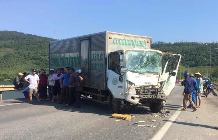 Một xe tải chắn ngang quốc lộ 1A sau tai nạn. Ảnh: Gia Hân