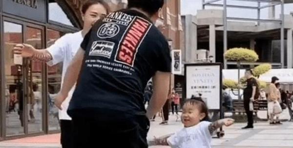 Cô bé cười tít mắt chờ được bố ôm.
