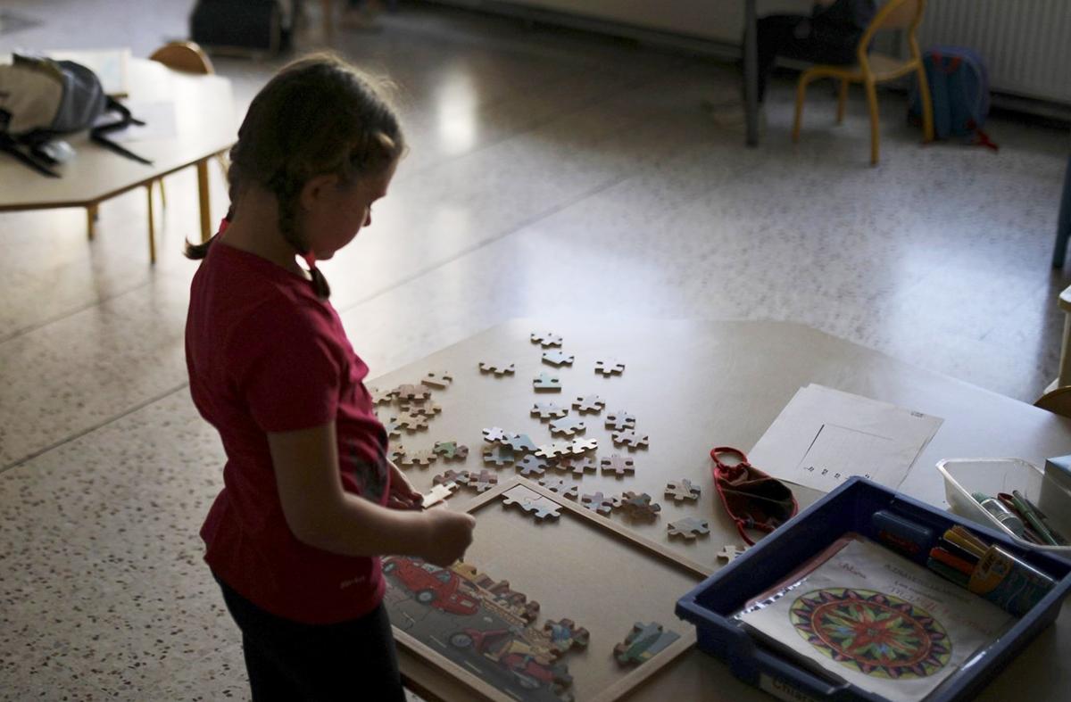 Học sinh trường tiểu học Saint-Tronc Castelroc ở thành phố Marseille, Pháp ngày 14/5. Ảnh: Daniel Cole/ AP.