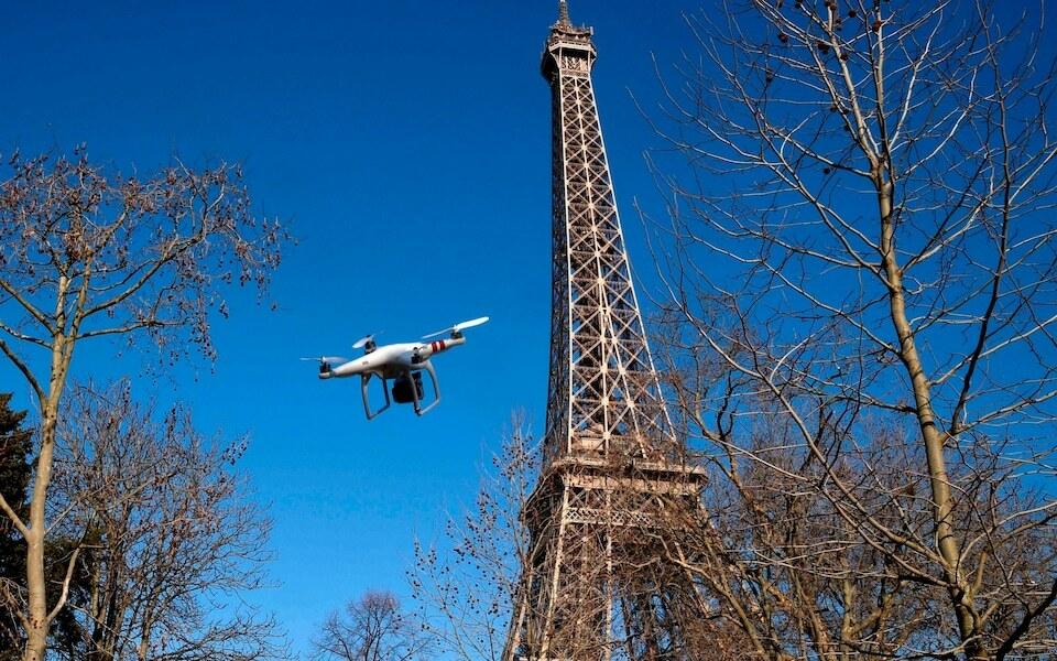 Một chiếc drone bay gần tháp Eiffel. Ảnh: AFP.