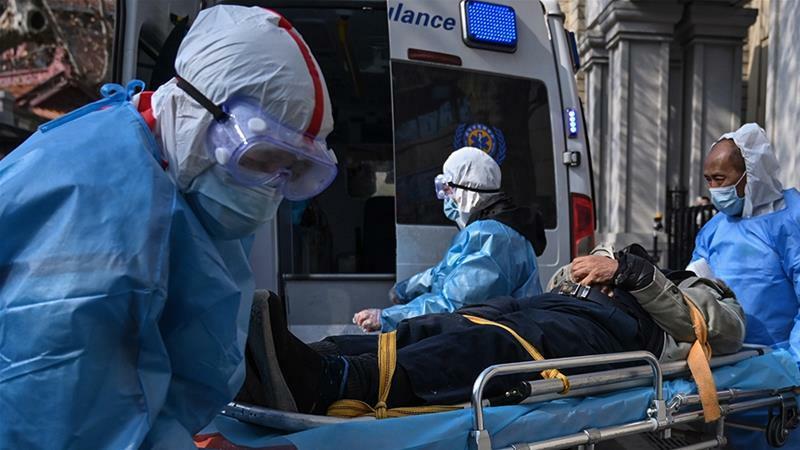 Nhân viên y tế di chuyển bệnh nhân ở Vũ Hán hồi tháng một. Ảnh: AFP.