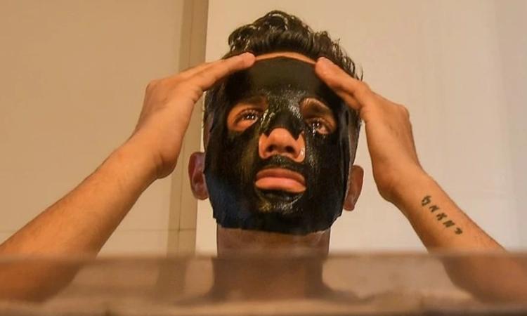 Lakshay Narula, 29 tuổi, người dẫn chương trình truyền hình, đắp mặt nạ tại nhà riêng ở Mumbai hôm 12/2. Ảnh: AFP.