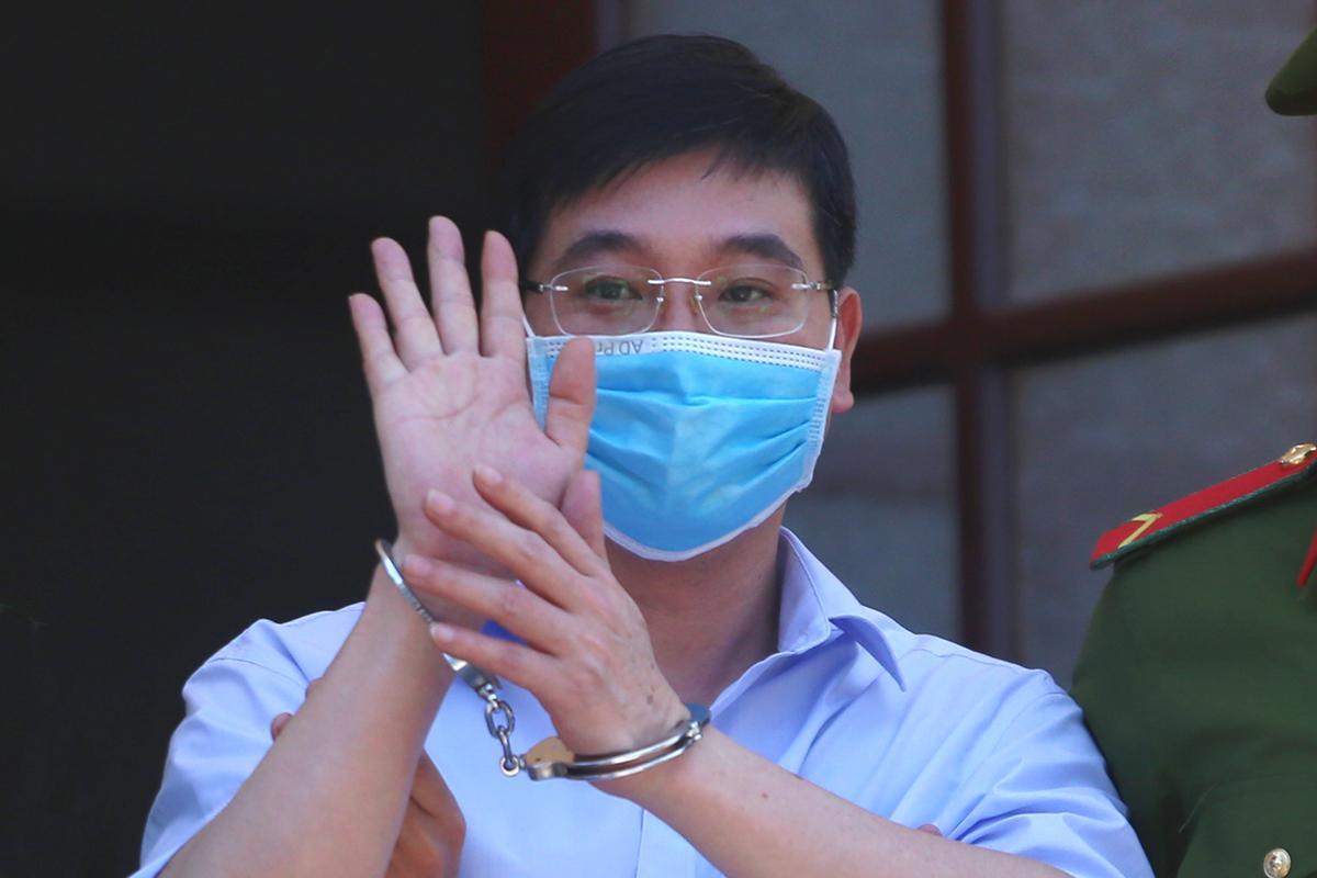 Bị cáo Khương Ngọc Chất vẫy tay chào người thân khi rời tòa ngày 14/5. Ảnh: Phạm Dự.
