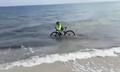 Đạp xe xuống biển trốn cách ly bị cảnh sát phạt 430 đôla