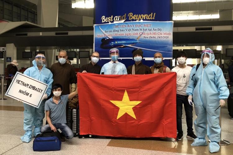 Công dân Việt Nam tại Ấn Độ tại sân bay ở New Delhi ngày 19/5. Ảnh: BNGVN.