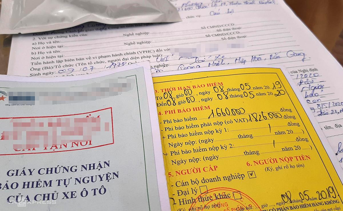 Một tài xế ôtô bị cảnh sát giao thông Bắc Ninh lập biên bản xử phạt, thu giữ lại bảo hiểm đã hết hạn một tuần. Ảnh: Bá Đô