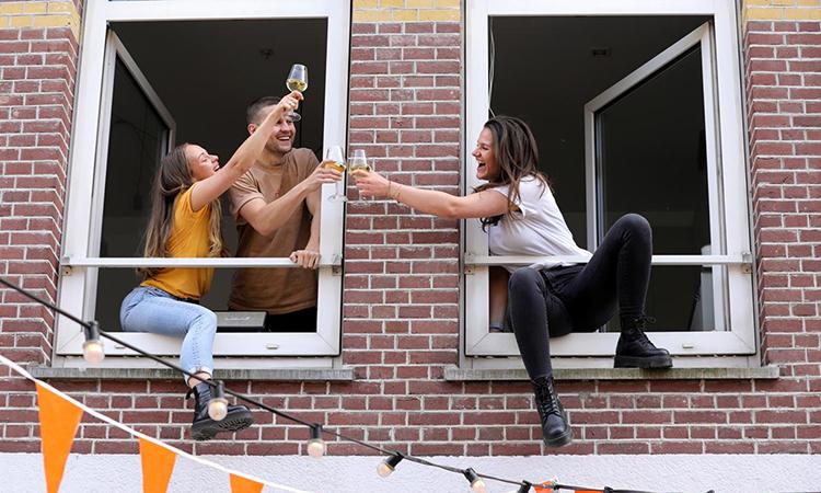 Người dân Hà Lan cụng ly chúc mừng lễ hộiKings Day tại thủ đôAmsterdam, hôm 27/4. Ảnh: Reuters.