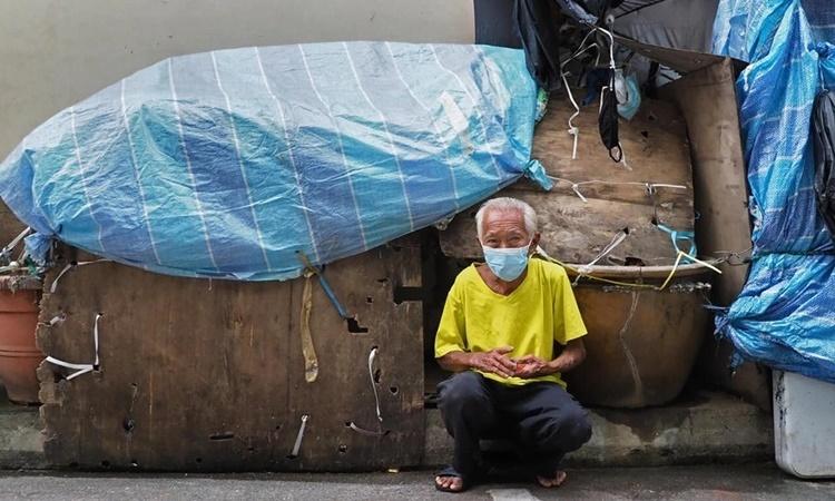 Cụ ông Pang Jee Tang bên ngôi nhà tạm trên đường phố Singapore. Ảnh: Today Online.