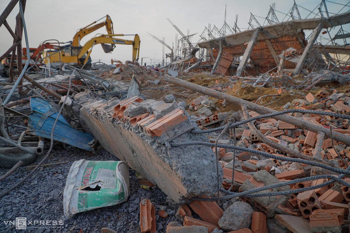 Hiện trường bức tường cao 8 m, dài 109 m đổ sập hôm 14/5. Ảnh: Phước Tuấn.