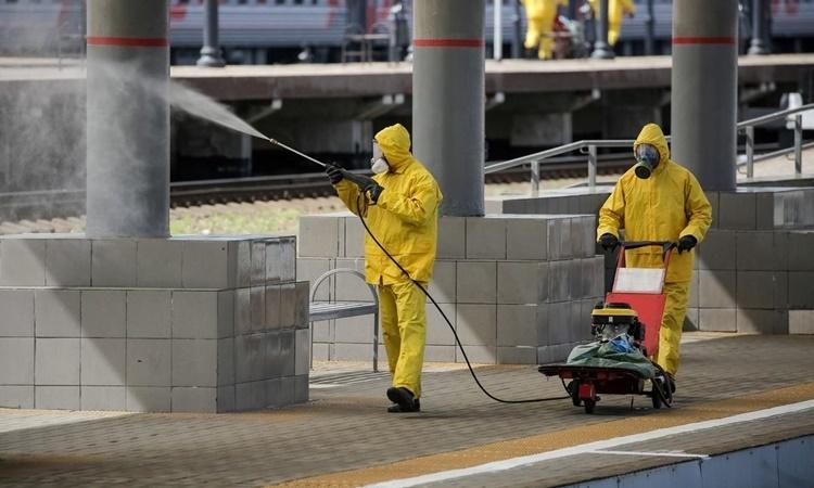 Phun chất khử trùng tại nhà ga Kievsky ở Moskva, Nga, ngày 18/5. Ảnh: Reuters.