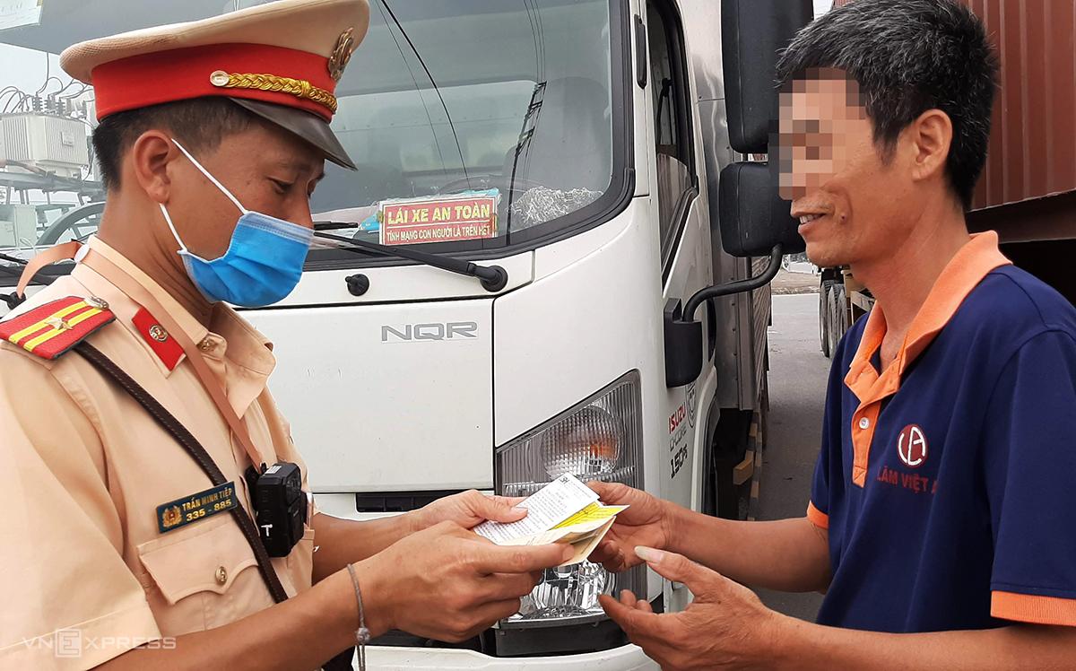 Tài xế xe tải bị dừng kiểm tra giấy tờ trên quốc lộ 17 sáng 19/5. Ảnh: Bá Đô