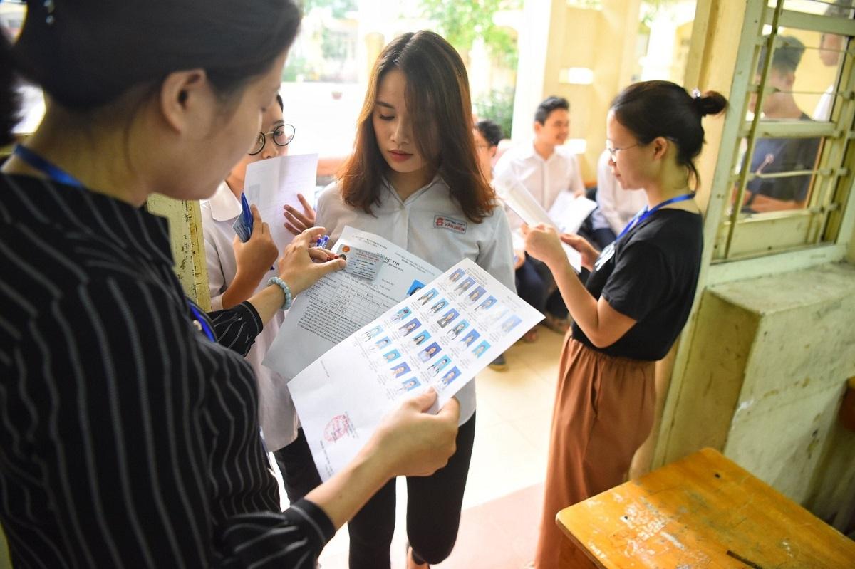 Giám thị gọi thí sinh vào phòng thi trong kỳ thi THPT quốc gia năm 2019. Ảnh: Giang Huy.
