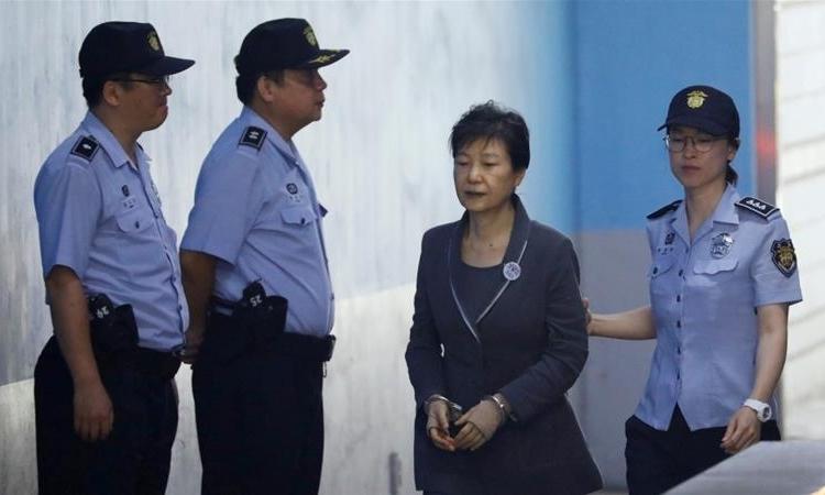 ParkGeun-hye (bị còng tay) hầu tòa tại Seoul tháng 5/2017. Ảnh: Reuters.