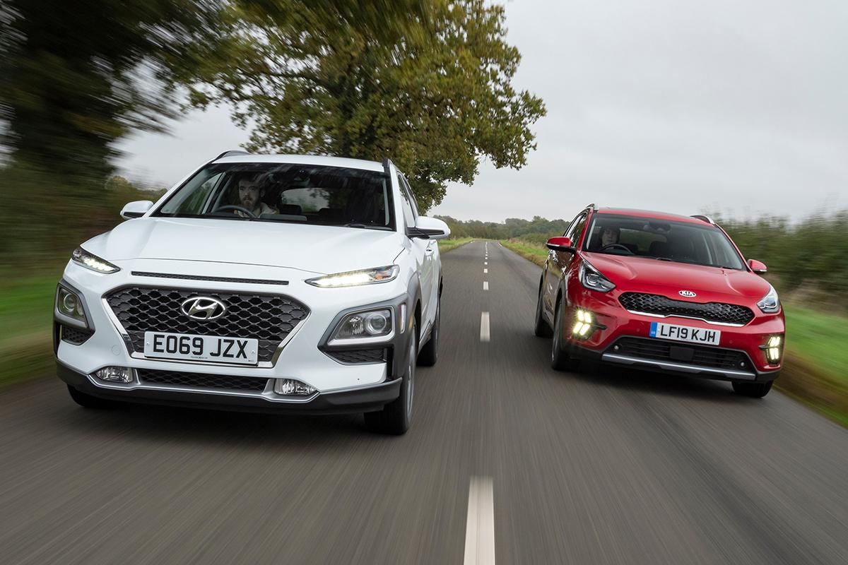 Hyundai Kona Hybrid và Kia Niro hybrid. Ảnh: AutoExpress