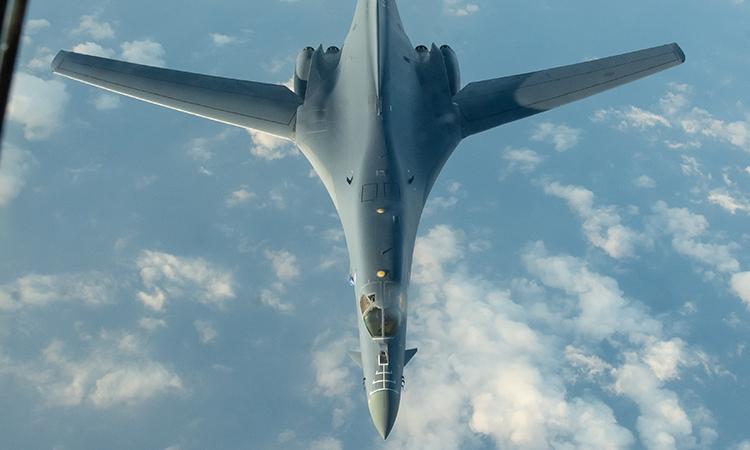 Oang tạc cơ B-1B Lancer thuộc Không đoàn Ném bom 28 tiếp cận máy bay tiếp dầu KC-135 Stratotanker trong chuyến bay 32 tiếng tại khu vực Thái Bình Dương, ngày 30/4. Ảnh: USAF.