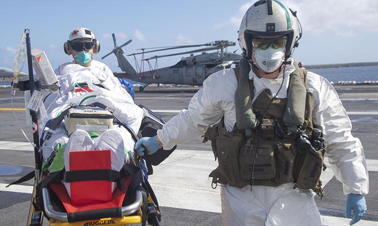 Thủy thủ trên tàu sân bay USS Theodore Roosevelt tập cứu hộ cứu nạn khi chiến hạm neo đậu tại căn cứ hải quân Guam, ngày 18/5. Ảnh: US Navy.