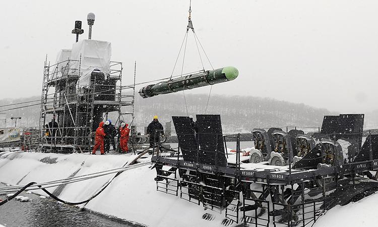 Thủy thủ dỡ ngư lôi MK-48 khỏi tàu ngầm tấn công nhanh USS Annapolis tại căn cứ tàu ngầm New London, bang Connecticut. Ảnh: US Navy.
