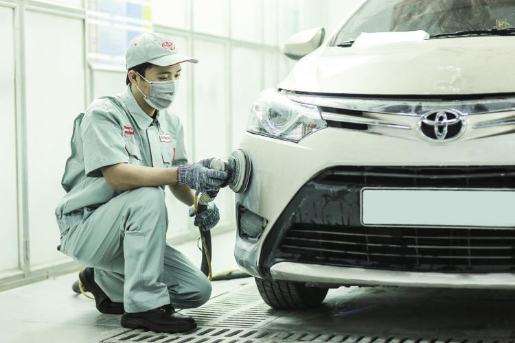 Kỹ thuật viên Toyota tiến hành bảo dưỡng xe cho khách.